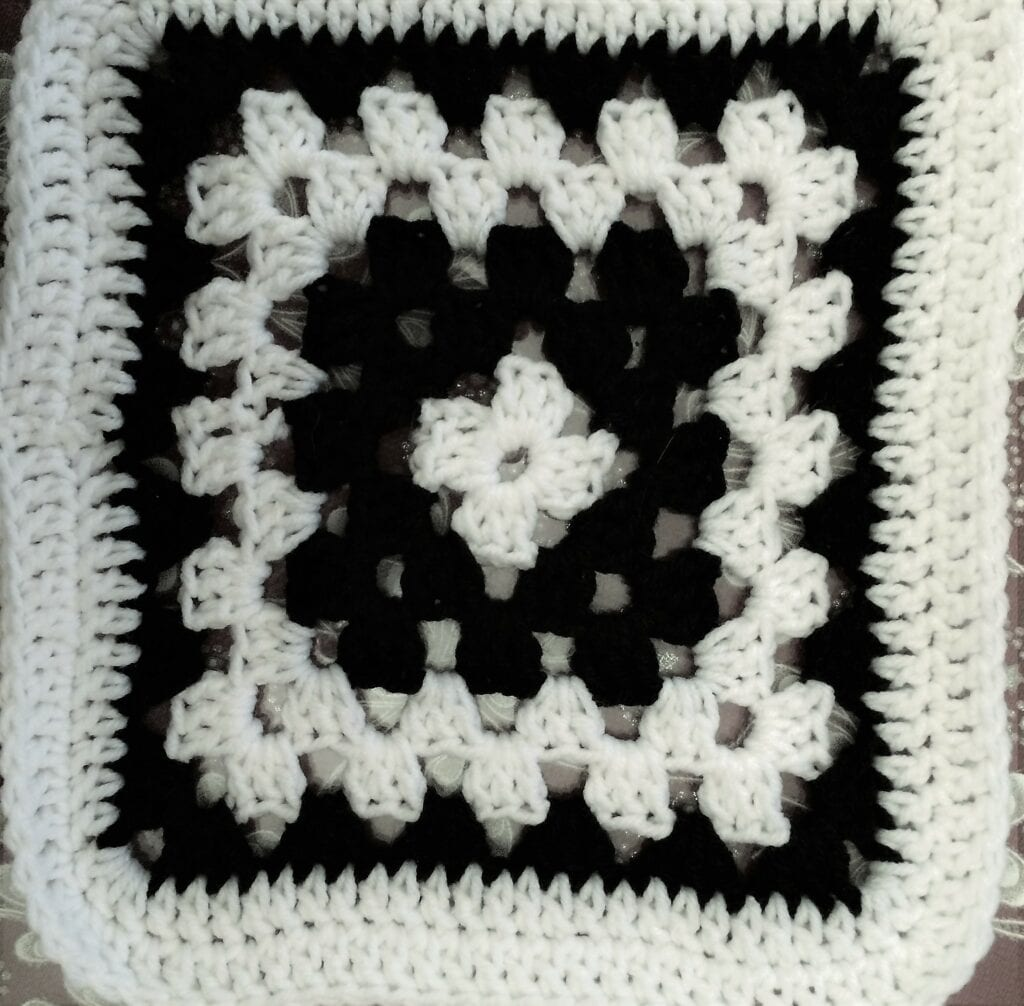 1 Round White, 2 Rounds Black, 2 Rounds White, 1 Round Black Square
